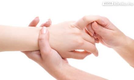repedések a bőrön az ujjak között)